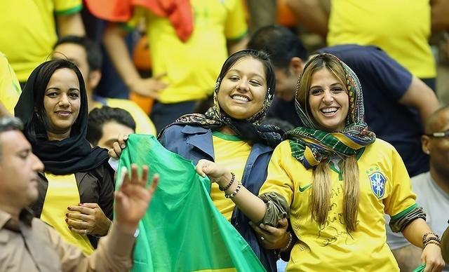 زنان غیرایرانی در ورزشگاه سرپوشیده 12 هزار نفری آزادی تهران محل مسابقات بین المللی والیبال