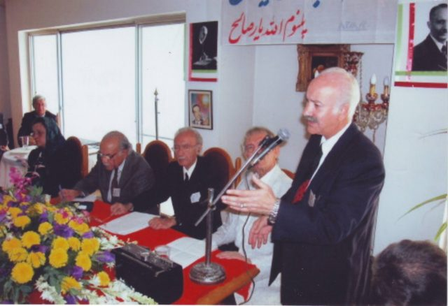 دوم آبان ماه 1382 – دکتر حسین موسویان رئیس هیئت اجرائیه جبهه ملی درحال ارائه گزارش به شرکت کنندگان در پلنوم اللهیار صالح