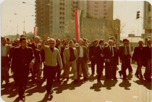 1358 - راهپیمائی اعضای جبهه ملی ایران در خیابان آزادی - در وسط کادر دکتر سنجابی، دکتر موسویان، ادیب برومند